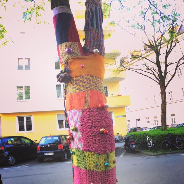 streetart-glockenbach-munich-yarn-bomb-tree