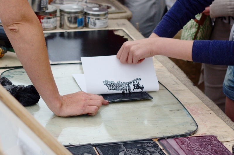 Printing_Using_a_Linocut_Design