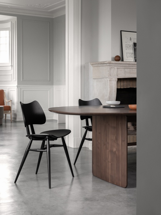 BUTTERFLY CHAIR AND PENNON TABLE